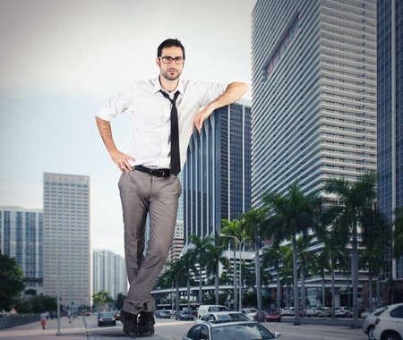 Obří úspěšný podnikatel opřený mrakodrapu
