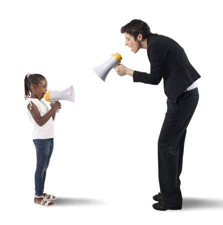 delito: Niño gritando en el megáfono a la mujer