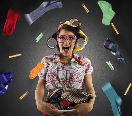 casalinga: Stupito Casalinga epoca urla con cesto della biancheria