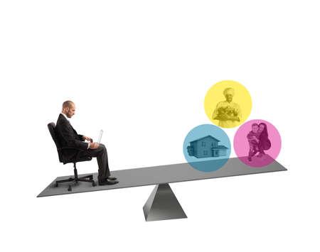convivencia familiar: Hombre de negocios con ordenador portátil sentado en un equilibrio Foto de archivo