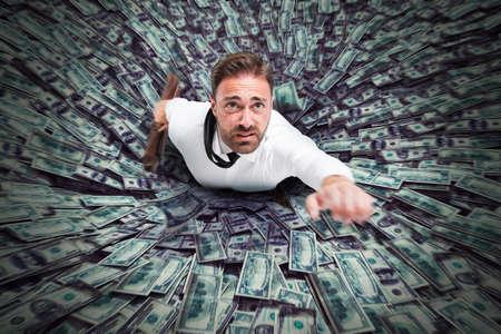 crisis economica: Agujero que chupa un hombre de negocios y dinero Foto de archivo