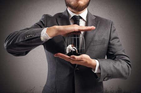 autoridad: Jefe tiene en las manos un hombre enjaulado Foto de archivo