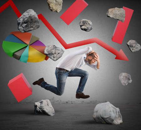 crisis economica: Empresario Corriendo escapa de dificultades y crisis econ�mica