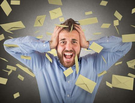 Konzept der Geschäftsmann und E-Mail-Spam mit fliegenden E-Mail- Standard-Bild