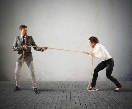conflicto: Rivales empresario tirando de una cuerda con una fuerza