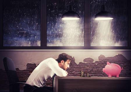 homme triste: Homme triste regarde ses dernières économies Banque d'images