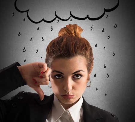 그려진 된 구름과 슬픈 표정으로 여자