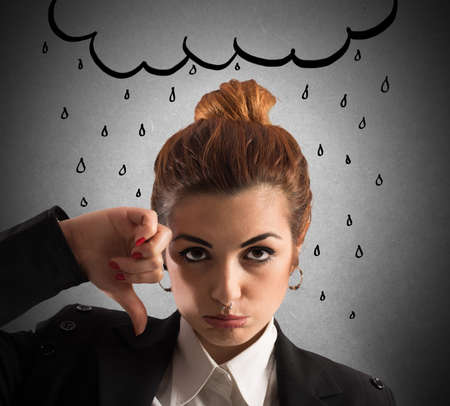 mujer triste: Mujer con la expresión triste con la nube desenvainada