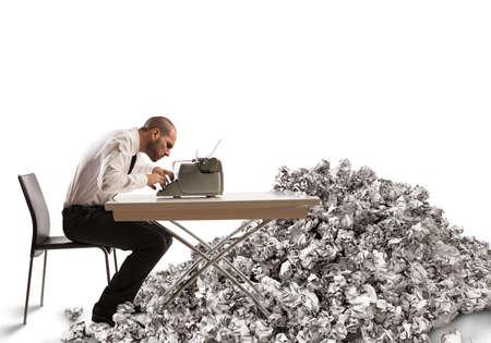 hombre escribiendo: Hombre de negocios agotado con exceso de trabajo escribe con una máquina de escribir Foto de archivo