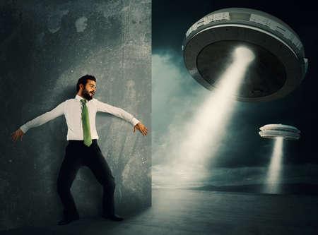 Mann versteckt von UFO Raumfähre erschreckt Standard-Bild
