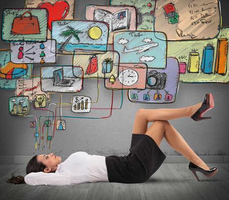 la vie: Femme d'affaires de penser à organiser le travail et la vie Banque d'images