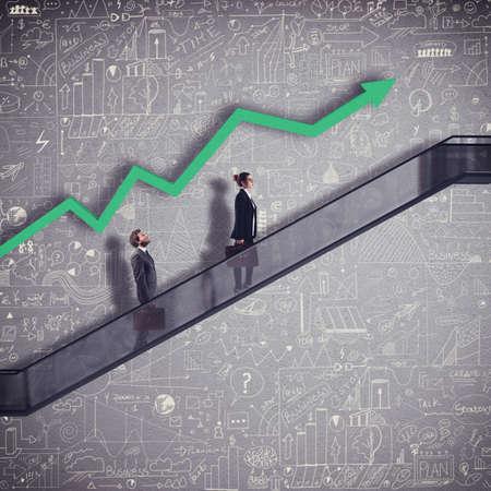 矢印の増加とエスカレーターのビジネスマン