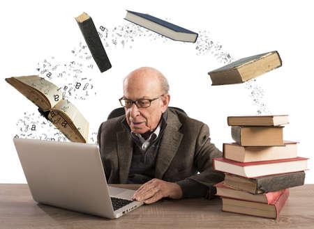 libros volando: Hombre mayor con la computadora y libros de volar