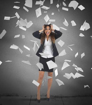 estrés: Empresaria gritando con las hojas en el aire