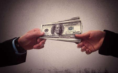 비밀리에 비즈니스 사람 사이에 돈 교환