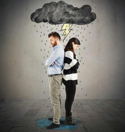 nešťastný: Pár pod mrakem s blesky a déšť Reklamní fotografie