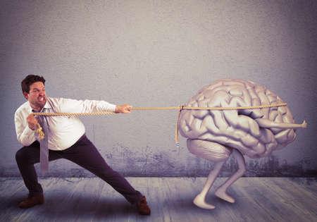 인간은 두뇌 유출과 함께 밧줄을 당겨 스톡 콘텐츠