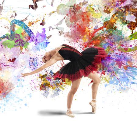 Klassieke danser poseren tussen spatten van kleur