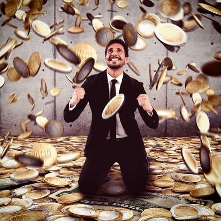 prosperidad: Empresario se regocija bajo una lluvia de dinero