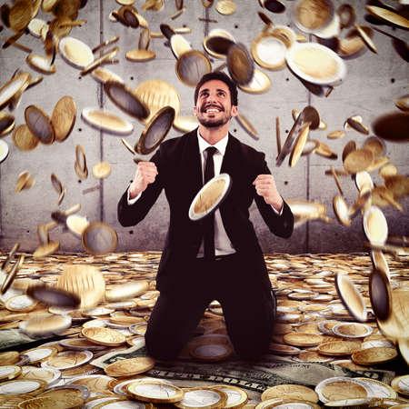 argent: Homme d'affaires exulte sous une pluie d'argent Banque d'images