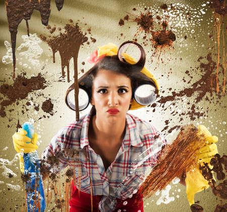casalinga: Casalinga con espressione disgustata pulizia vetro sporco