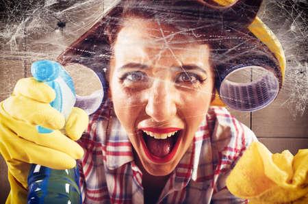agotado: Ama de casa desesperada grita ver telarañas en la pared