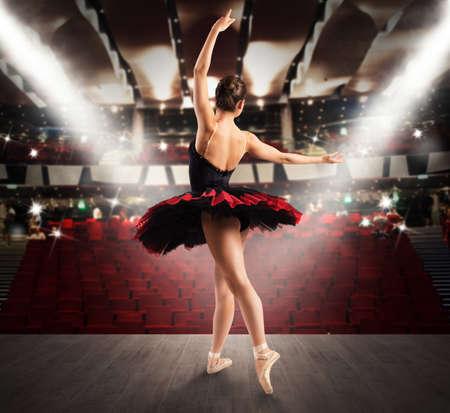 Danseuse classique sur la scène d'un théâtre Banque d'images - 48364590