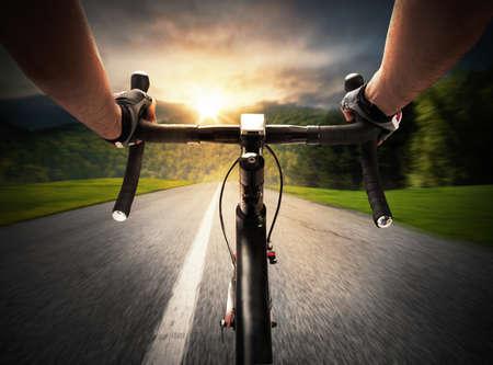 Pedaleo del ciclista en una calle de la luz del día
