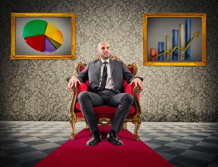 Succesvolle zakenman zittend op een koninklijke leunstoel