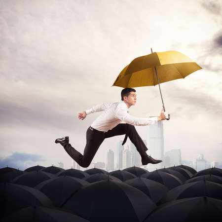노란 우산 남자는 우산에서 실행 스톡 콘텐츠