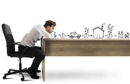 planificacion familiar: Hombre que se inclina en el escritorio con expresión pensativa