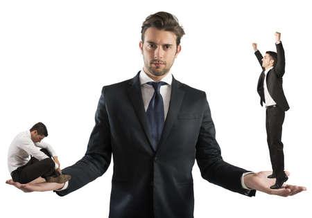 desconfianza: Hombre de negocios sostiene hombre triste y uno feliz