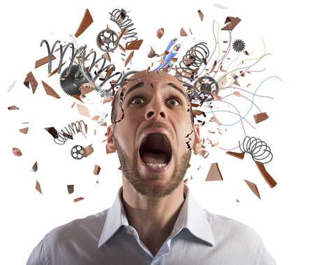 Betonter Geschäftsmann mit gebrochenen Mechanismus Kopf schreit