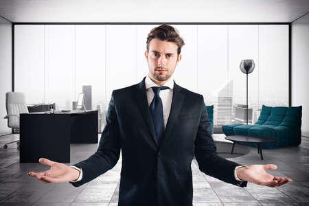 ejecutivo en oficina: Exitoso hombre de negocios en su oficina ejecutiva de lujo