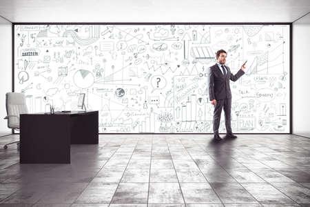 productividad: Hombre de negocios haciendo una presentación en su oficina Foto de archivo