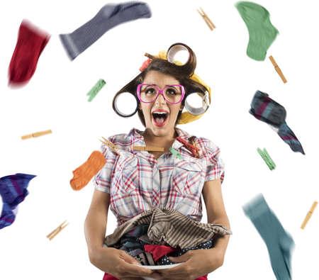 Verbaasd vintage Huisvrouw schreeuwt met wasmand Stockfoto