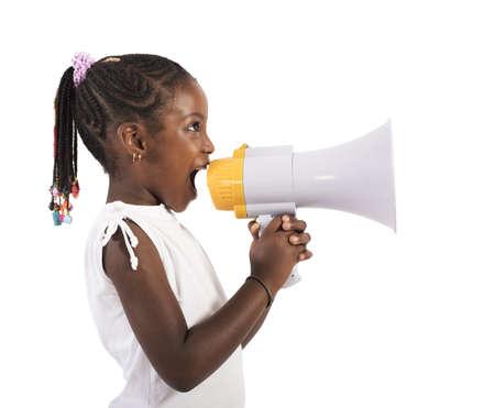 Kleines Mädchen schreien und schreien mit Megaphon Standard-Bild - 48935570
