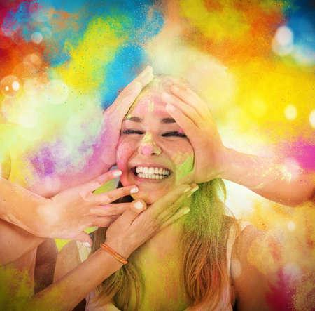 riendo: Risa de la muchacha y jugando con polvos de colores