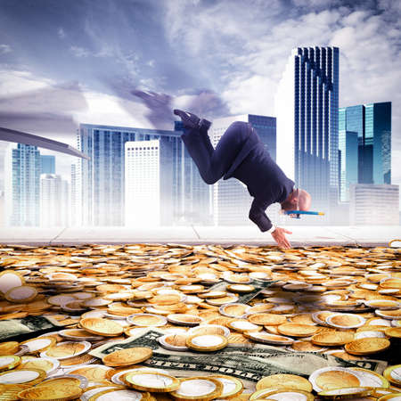 Zakenman duikt in het zwembad van het geld Stockfoto