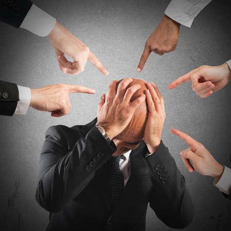 desconfianza: hombre de negocios desesperada apuntado por muchos dedos