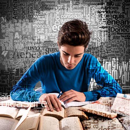 cognicion: El muchacho del adolescente mientras que el estudio se centr� muchos libros Foto de archivo