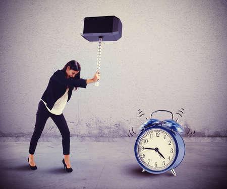 personas enojadas: La mujer rompe con un martillo una alarma