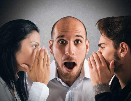 Pareja hablando en secreto a un hombre