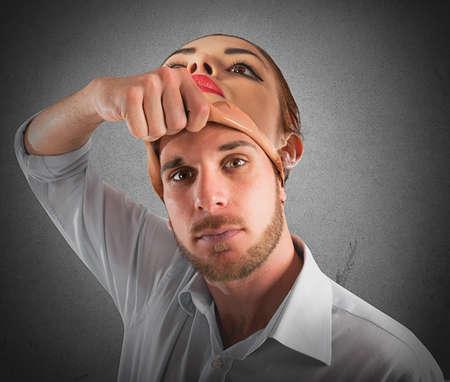 masaje facial: Hombre se quita la m�scara de la mujer