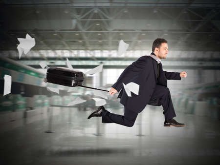 gente aeropuerto: Hombre de pasajeros funciona con la maleta en el aeropuerto Foto de archivo