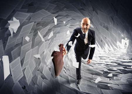 Man loopt weg van een papierwerk wave