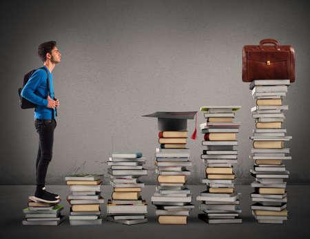 cognicion: Muchacho que sube las escaleras hizo de libros Foto de archivo