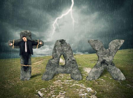 ahorcado: Hombre crucificado en la piedra durante la tormenta