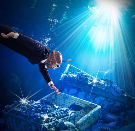 picada: El hombre se encuentra troncos de tesoros bajo el agua