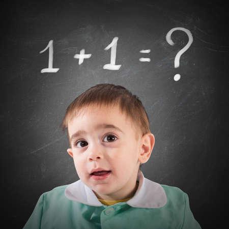 cognicion: Peque�o ni�o con pizarra con el c�lculo matem�tico